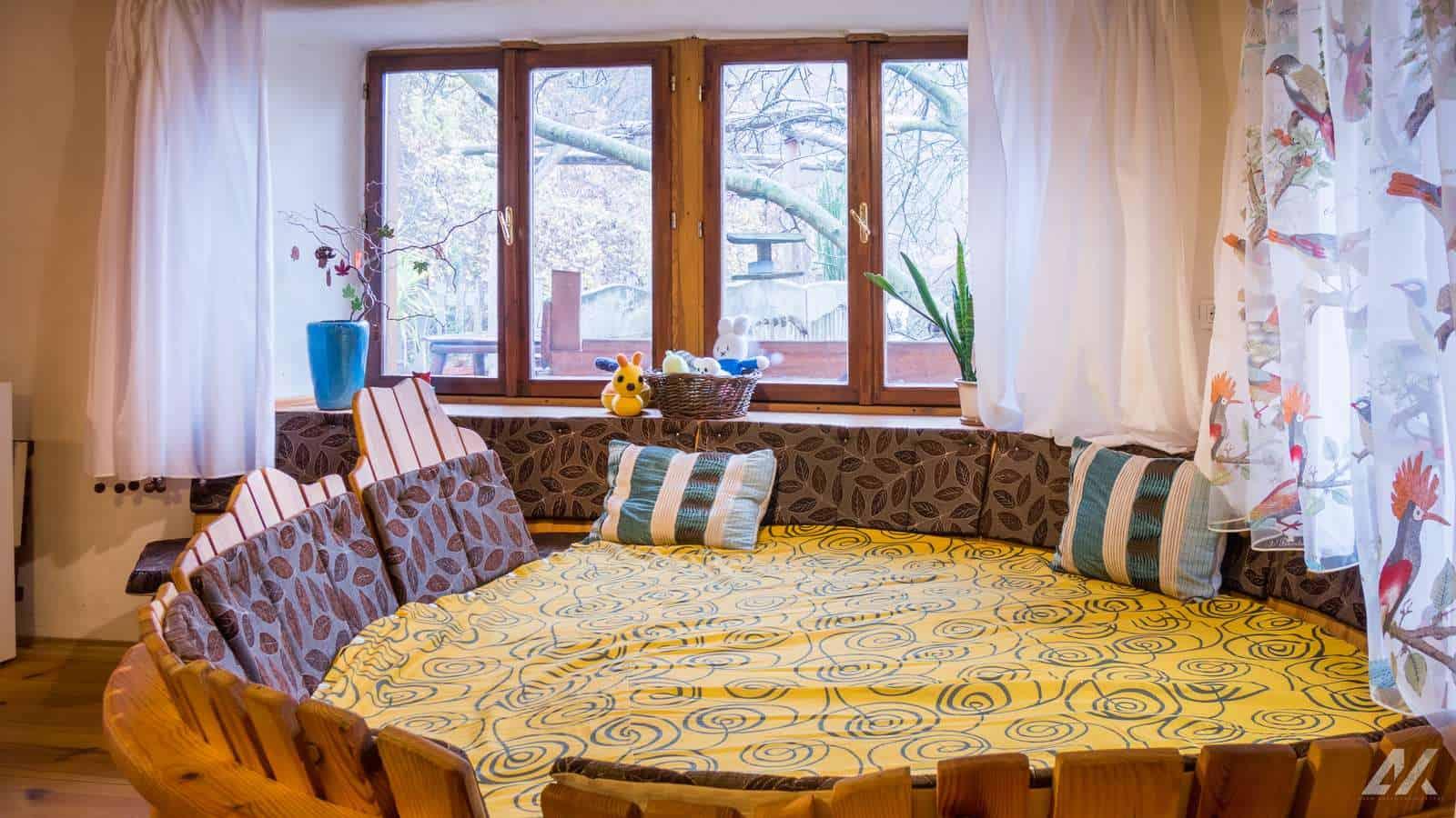 Kismélyvölgyi Vendégház - csigaágy az emeleti nappaliban - apartman Pécs