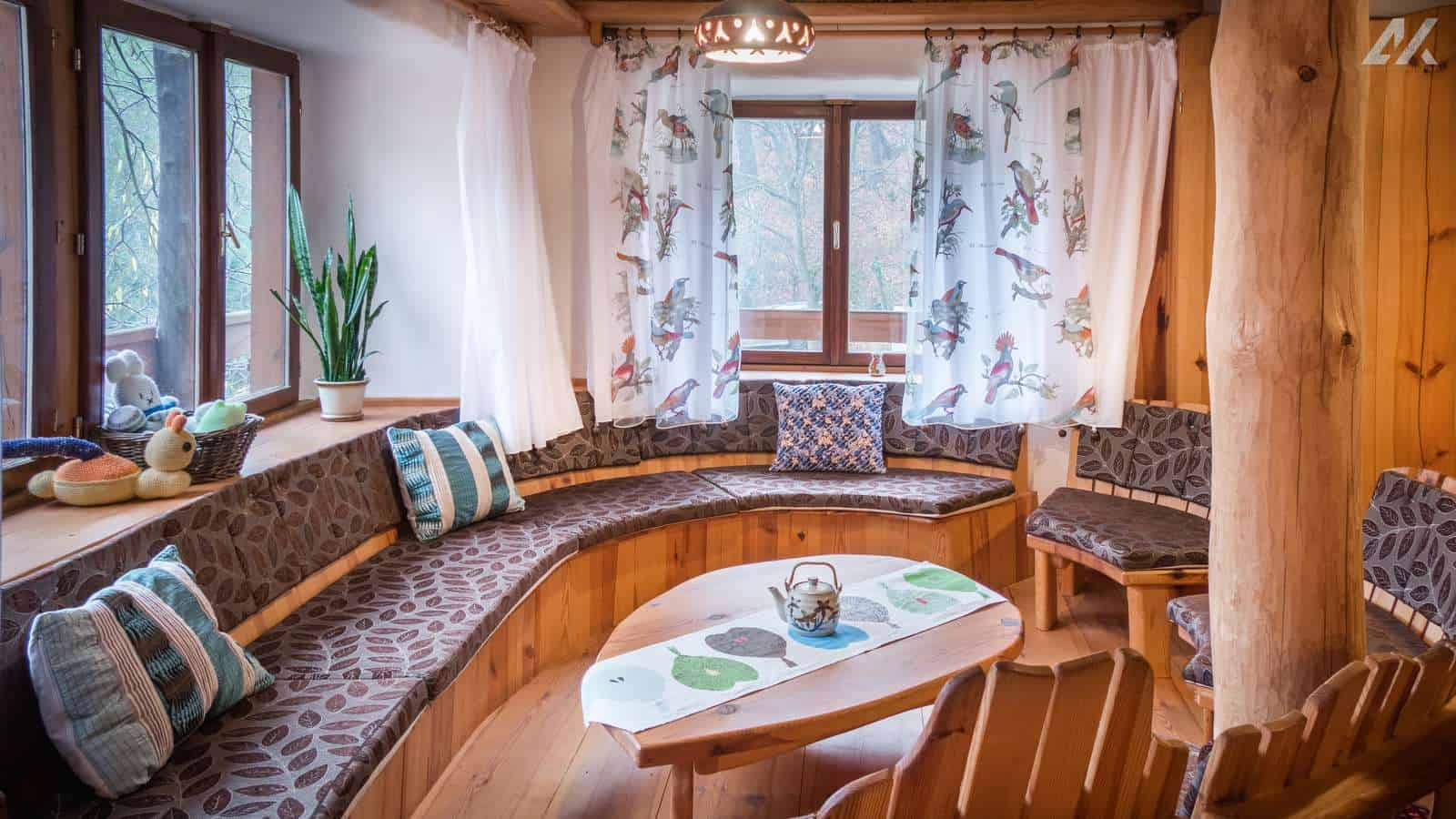 Kismélyvölgyi Vendégház - csigafotel az emeleti nappaliban - apartman Pécs